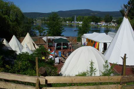 Blockhütten-Tipi-Camp